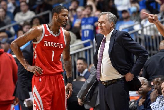 HLV Mike D'Antoni và một cầu thủ Rockets