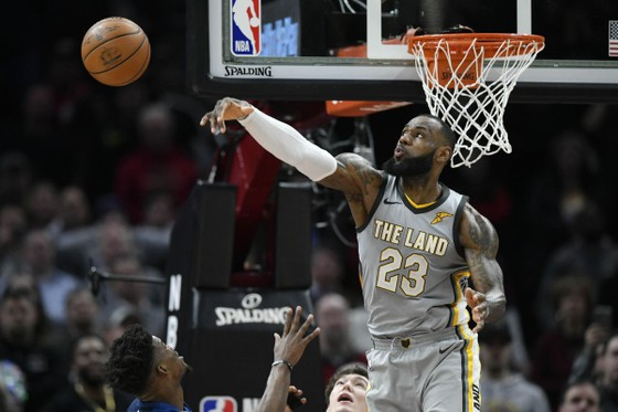 LeBron James ngăn chận pha lên rổ quyết định