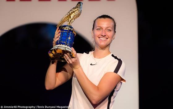 Petra Kvitova và chiếc cúp vô địch ở Doha