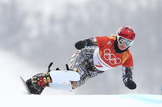 Màn trình diễn của Ester Ledecka ở nội dung trượt ván tuyết vượt chướng ngại vật song song
