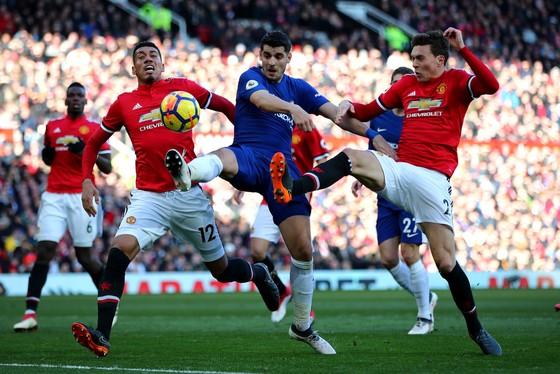 Alvaro Morata bất lực trong vòng vây các cầu thủ Man United