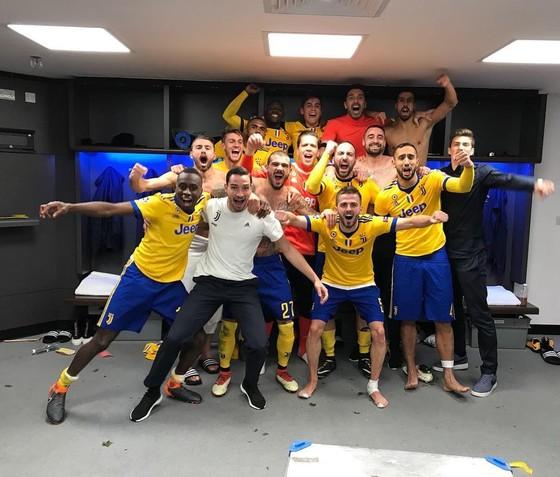 Niềm vui chiến thắng trong phòng thay đồ của các cầu thủ Juve