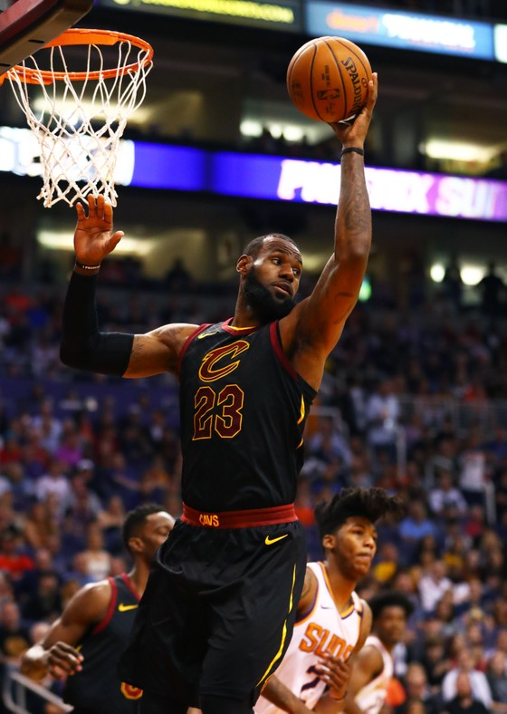 NBA 2017-2018: Lập triple-double thứ 14, LeBron James ví mình như rượu ngon lâu năm ảnh 1