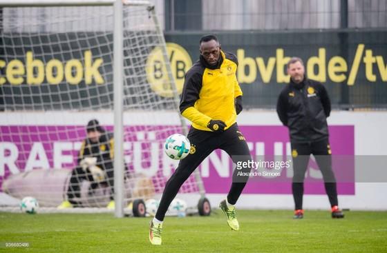 Usain Bolt trên sân tập của Borussia Dortmund