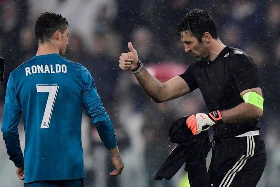 Buffon buộc phải giơ ngón tay cái thể hiện sự thán phục dành cho Ronaldo