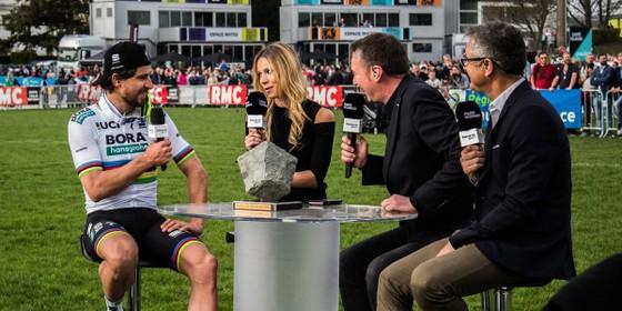 Pete Sagan (trái) trả lời phỏng vấn sau khi đăng quang Paris-Roubaix