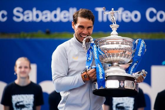 Rafael Nadal lại cắn cúp
