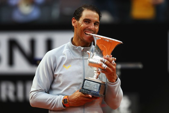 Nadal cắn chiếc cúp vô địch Rome Masters thứ 8
