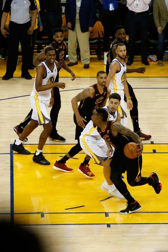 """Chung kết NBA: Ghi 51 điểm, James """"gánh team"""" vẫn thua """"Vua ghi 3 điểm"""" Curry ảnh 1"""