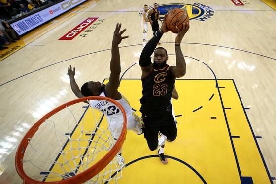"""Chung kết NBA: Ghi 51 điểm, James """"gánh team"""" vẫn thua """"Vua ghi 3 điểm"""" Curry ảnh 2"""