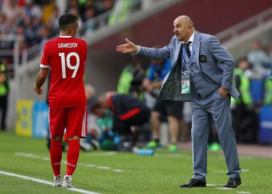 HLV Cherchesov đang chỉ đạo một cầu thủ Nga