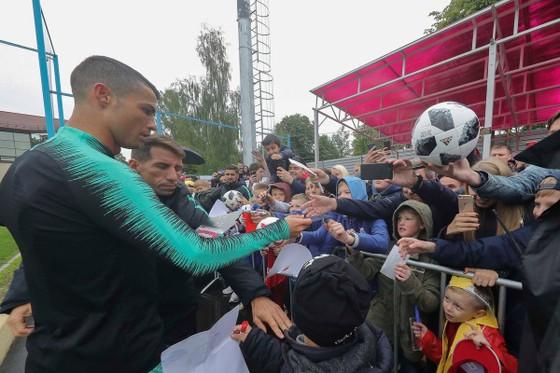 """Hình ảnh các đội tuyển đến với nước Nga tươi đẹp - Ronaldo bị """"quây"""" ảnh 10"""