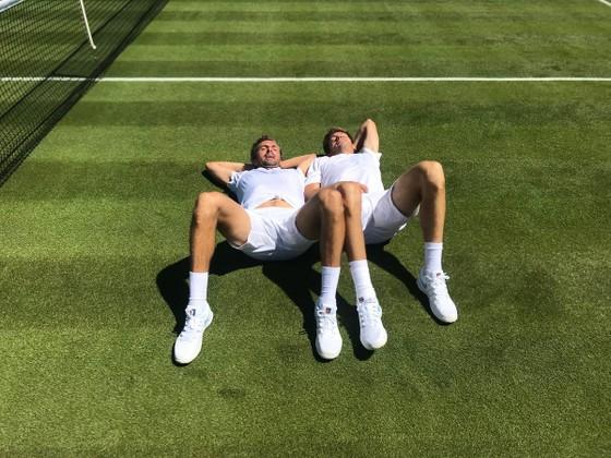 Khoảnh khắc cuối tuần: Federer chơi đùa với 2 con trai sinh đôi, Wozniacki lên ngôi ở Eastbourne ảnh 12