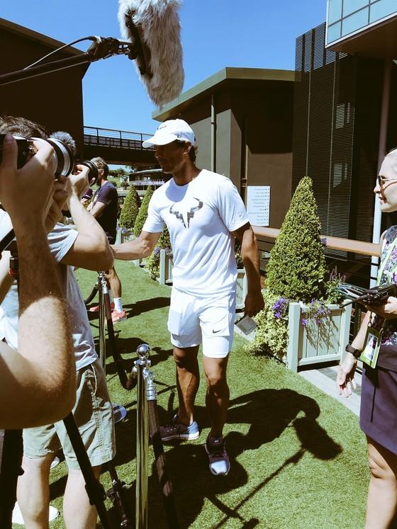 Khoảnh khắc cuối tuần: Federer chơi đùa với 2 con trai sinh đôi, Wozniacki lên ngôi ở Eastbourne ảnh 18