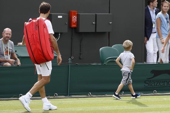 Khoảnh khắc cuối tuần: Federer chơi đùa với 2 con trai sinh đôi, Wozniacki lên ngôi ở Eastbourne ảnh 3