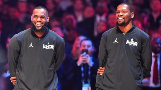 Kevin Durant (phải) rất ủng hộ quyết định chuyển đến LA Lakers của LeBron James