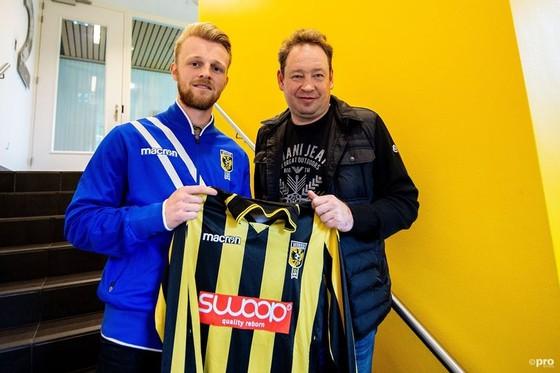 Leonid Slutsky bên cạnh một bản hợp đồng mới của Vitesse