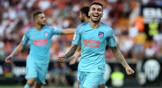 Valencia cầm chân Atletico 1-1: Michy Batshuayi tay bắt mặt mừng với Diego Costa ảnh 1