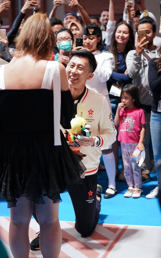 Đấu kiếm: Kiếm thủ Hồng Kông cầu hôn bạn gái sau khi giành HCĐ ảnh 1