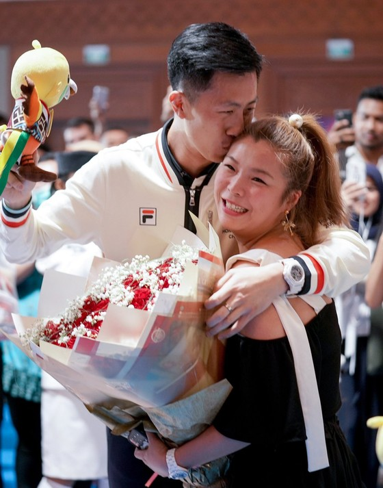 Đấu kiếm: Kiếm thủ Hồng Kông cầu hôn bạn gái sau khi giành HCĐ ảnh 2