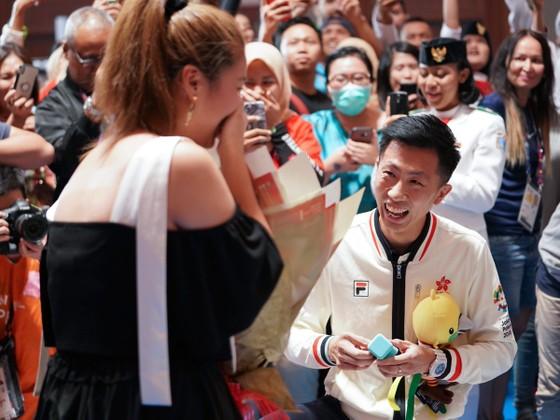Lam Hin-Chung quỳ xuống cầu hôn bạn gái