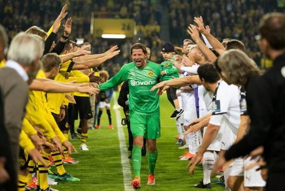 BÊN LỀ: Neymar bị đối thủ và… trọng tài TROLL ngay trên sân ảnh 3