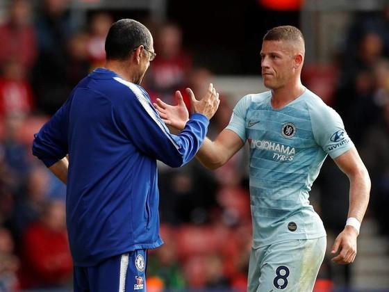 Barkley và HLV Sarri trong trận thắng Southampton