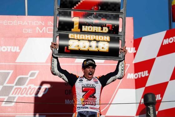 """Đua xe mô tô: Dovizioso đo đường, còn Marquez lại… """"đo size"""" cúp vô địch ảnh 5"""