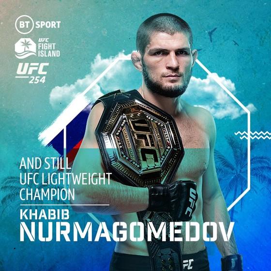 UFC 254: Bị gãy chân 3 tuần trước, Khabib vẫn thắng Gaethje bằng đòn siết cổ và… giải nghệ vì lời hứa với mẹ già ảnh 1