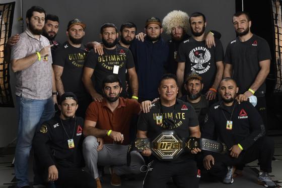 UFC 254: Bị gãy chân 3 tuần trước, Khabib vẫn thắng Gaethje bằng đòn siết cổ và… giải nghệ vì lời hứa với mẹ già ảnh 5
