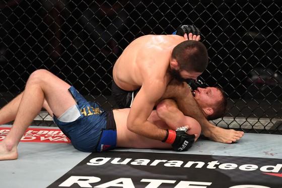 Khabib Nurmagomedov: 3.200 ngày bất khả chiến bại ở UFC, bắt đầu bằng đòn siết cổ tam giác vài chục USD và kết thúc bằng đòn siết cổ tam giác 3 triệu USD ảnh 1
