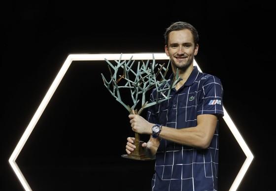 Medvedev giành cúp vô địch đầu tiên trong mùa