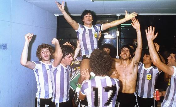 Huyền thoại bóng đá Diego Maradona: Những khoảnh khắc đáng nhớ trong sự nghiệp đầy rẫy sắc màu ảnh 2
