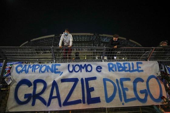Thành Naples và CLB Napoli tiễn đưa Diego Maradona bằng sự kiện tưởng niệm đầy xúc động ảnh 16