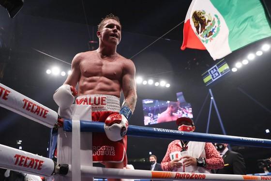 Canelo phất cao cờ Mexico