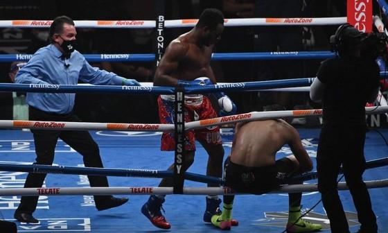Sanchez đấm đối thủ văng khỏi sàn đài, Canelo đánh Smith rách cơ bắp tay ảnh 1