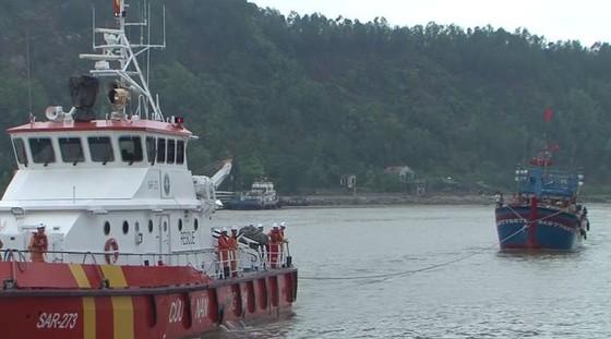 Cứu nạn thành công 19 ngư dân gặp nạn trên biển ảnh 1