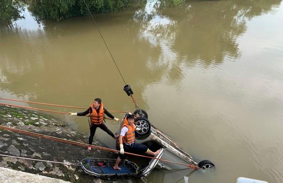 Taxi lao xuống sông, 1 người chết, 1 người mất tích ảnh 1