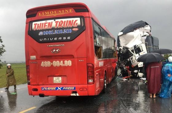 Xe khách va chạm xe tải, 1 người chết, 15 người bị thương ảnh 1