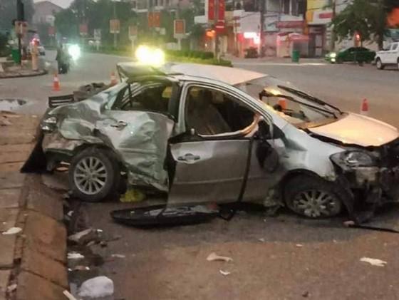 Xe khách tông ô tô 4 chỗ, 3 người chết, 1 người nguy kịch ảnh 1