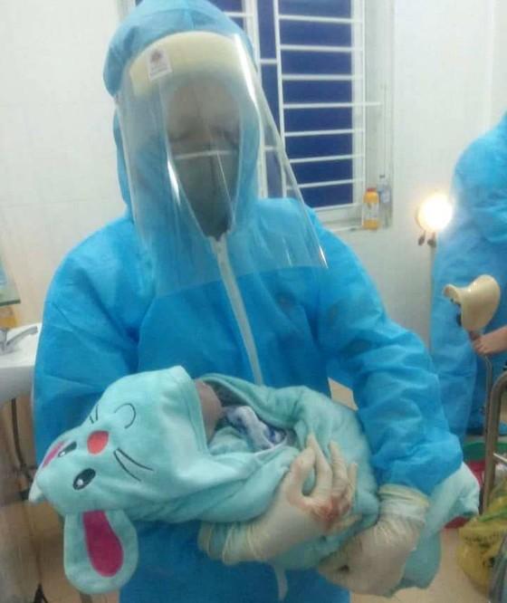 Sản phụ sinh con trong khi cách ly phòng chống dịch Covid-19 ảnh 1