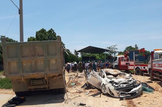 Xe tải chở đất đè bẹp ô tô con, 3 người chết, 1 người bị thương  ảnh 1