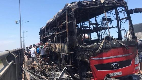 Xe khách cháy rụi, 20 người may mắn thoát nạn ảnh 1