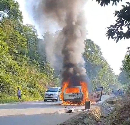 Ô tô 7 chỗ bất ngờ cháy rụi trên đường Hồ Chí Minh ảnh 1