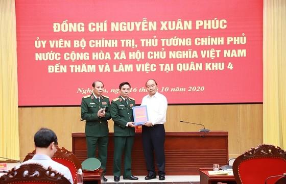 Thủ tướng Nguyễn Xuân Phúc thăm và làm việc tại Quân khu 4, tỉnh Nghệ An ảnh 1