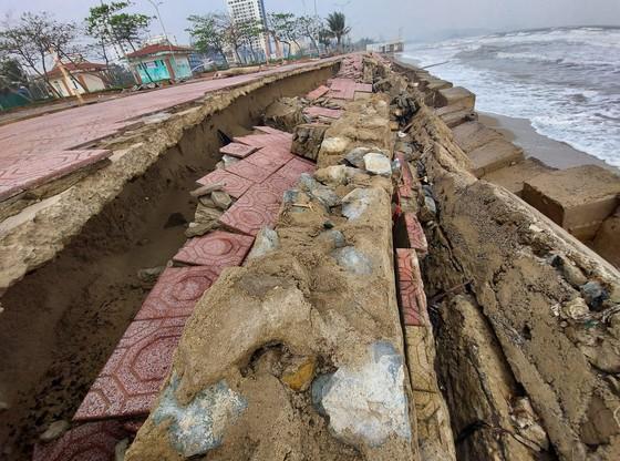 Tan hoang kè biển tại thị xã Cửa Lò, Nghệ An ảnh 1