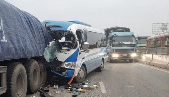 Tai nạn giao thông nghiêm trọng, 2 người chết, hàng chục người bị thương ảnh 1