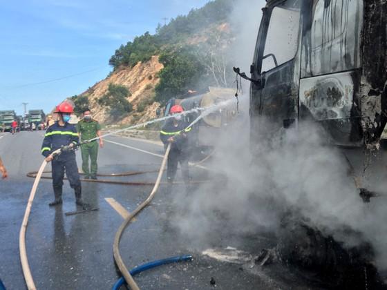 Nghệ An: Liên tiếp 2 vụ cháy, 2 xe tải bị thiêu rụi ảnh 1