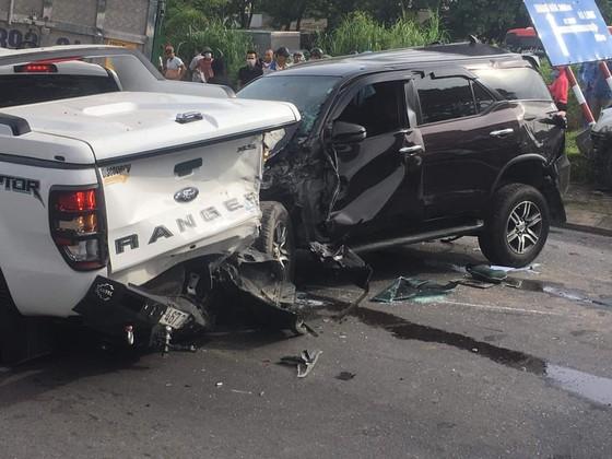 Ô tô tông nhau liên hoàn trên Quốc lộ 1A, ít nhất 1 người chết, nhiều xe bị hư hỏng ảnh 2