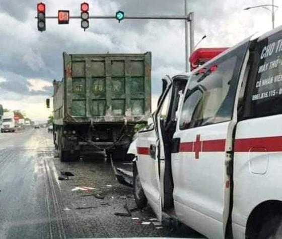 Xe cứu thương tông đuôi xe tải, 4 người bị thương ảnh 1